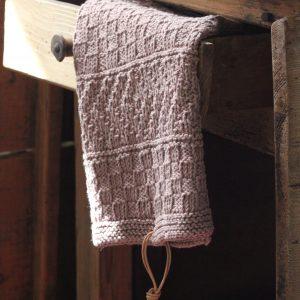 pudderfarvet håndklæde med mønsterbort